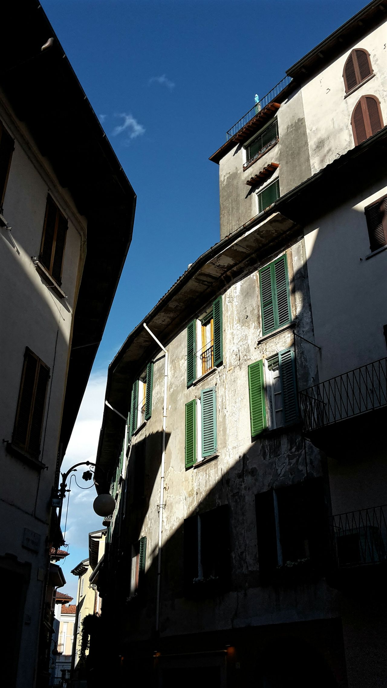 Street Photography Old Houses Green Windows Sunlight Blue Sky Clear Day From My Point Of View Shadows & Lights Building Exterior Low Angle View Façade Lake Country