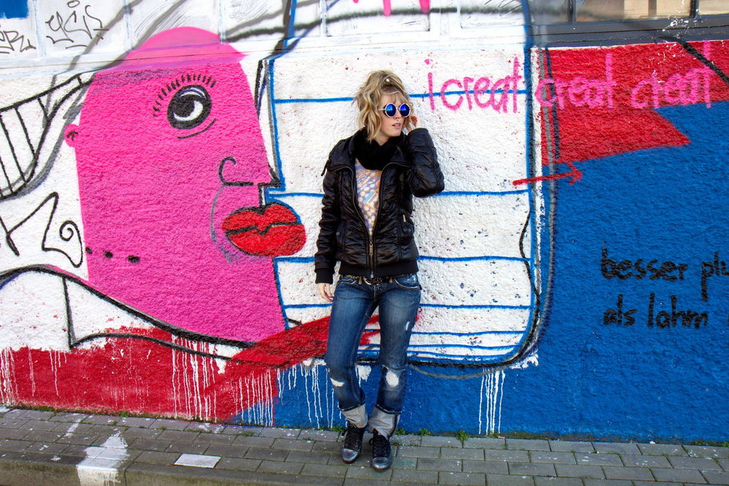 Urban Urbanstyle Girl Citystyle Graffiti Young Women Streetphotography Blond Hair Sunnglases One Woman Only EyeEmNewHere