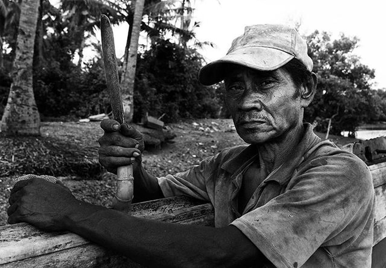 He named Mr. Selamat, he was a fisherman from the village of Batu Licin - Wacopek, Bintan regency, it was a job he was a fisherman but his persistence in seeking sustenance in the sea, he could send his children to college and become a scholar. Beliau bernama Pak Selamat, beliau adalah seorang nelayan dari desa Batu Licin - Wacopek, Kabupaten Bintan, sungguh pun pekerjaan beliau nelayan tapi ketekunan nya dalam mencari rezeki dilaut, beliau sanggup menyekolahkan anak-anaknya hingga ke perguruan tinggi dan menjadi sarjana. Dailylife Wonderfulkepri  Explorekepri Natgeoindonesia FotokitaID Geonusantara Kompasnusantara Pewartafotoindonesia Humaninterestindonesia Natgeonesia 1000kata Serikat_FI_Indonesia IndonesiaOnly Photooftheday Thephotosociety Streetphotography Spicollective Streetbwcolor Best_streetview Bnw_worldwide Bestshooter_bw Monochrome Mirrorlesscamera Olympusomd Em5 OlympusOMDem5 OlympusUK GetOlympus HIPAae HIPAsnap