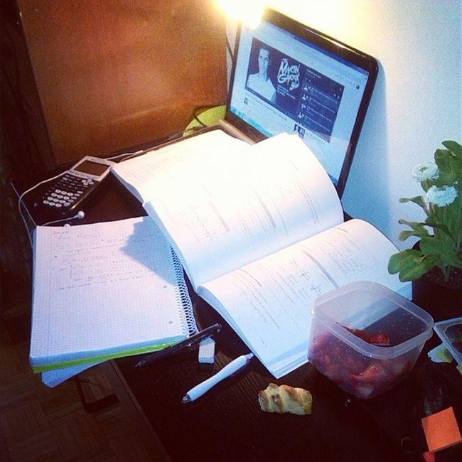 E aqui estudasse :( Math Matem ática Estudaxana Estudo berries morangos strawberries bolosdechá fartinha martingarrix