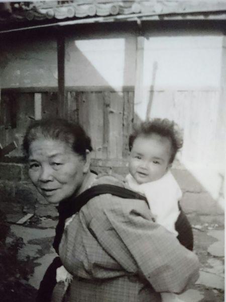 おばあちゃん 孫 おんぶ 昔 昭和 Grandmother Grandchild Piggyback Shouwa ノスタルジー Nostalgie