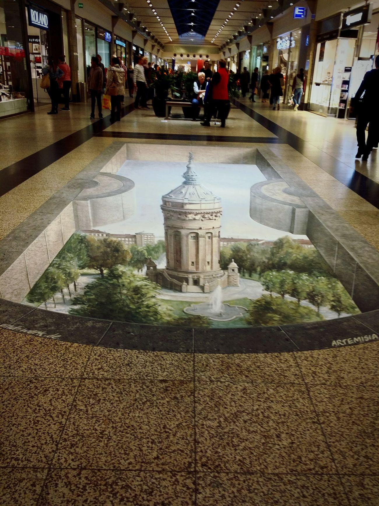 Im Rhein-Neckar-Zentrum malen sie auf den Boden. Streetart Painting Shopping Mall Mall
