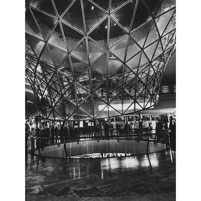 A masterpiece of engineering! 🎇👏 Engineering Arcitecture Geometry Figures Glass Masterpiece Mallofarabia Jeddah KSA Saudiarabia Triangles Peoplewalking Vscoaward Blackandwhite Reflection Shotaward Roundglass Arabs_photography Gulf_photographer Lights Artofarchitecture Parallellines Reflectiononthefloor Artofvisuals AOV