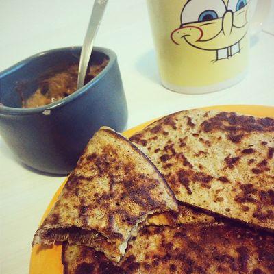 Pancakes Paleo , compote de rhubarbe maison et un bon café... Content & repu !