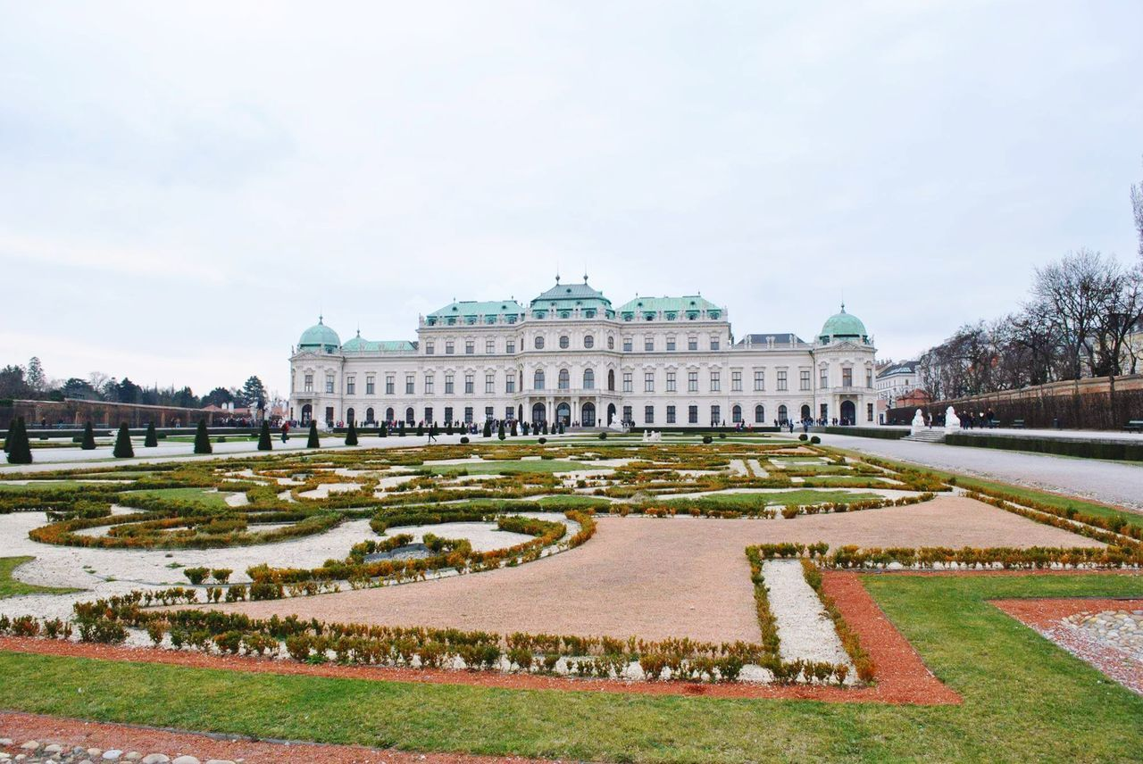 Wien Schloss Schloßgarten Visit Trip Travel Postcard Greatings View Outdoors Architecture Wonderful_places April2016 Vienna Picking Flowers