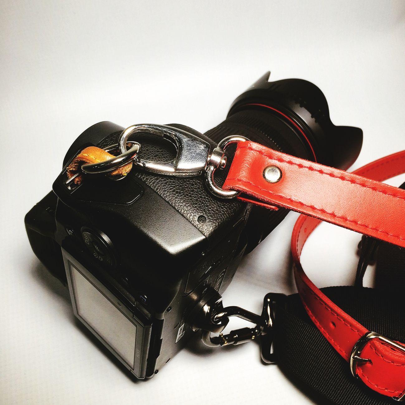 Elige la manera de llevar tu #cámara #camera #longstrap #nanodelarosa #review #nosvemosenlastiendas . Elige la opción que más se ajusta a tus necesidades #leather ? #whynot . Llévatela al mejor precio Longstrap Camera