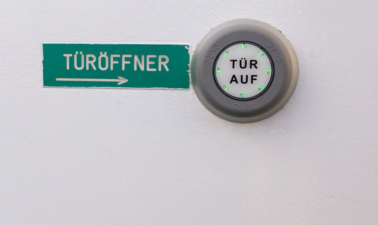 Door opener with German sign and text on push button 8ung Hamburg Arrow Symbol Button City Close-up Communication Direction Door Door Opener Europe Germany Green Guidance Hamburg Information Information Sign Opener Round Sign Text Urban Wall - Building Feature Western Script