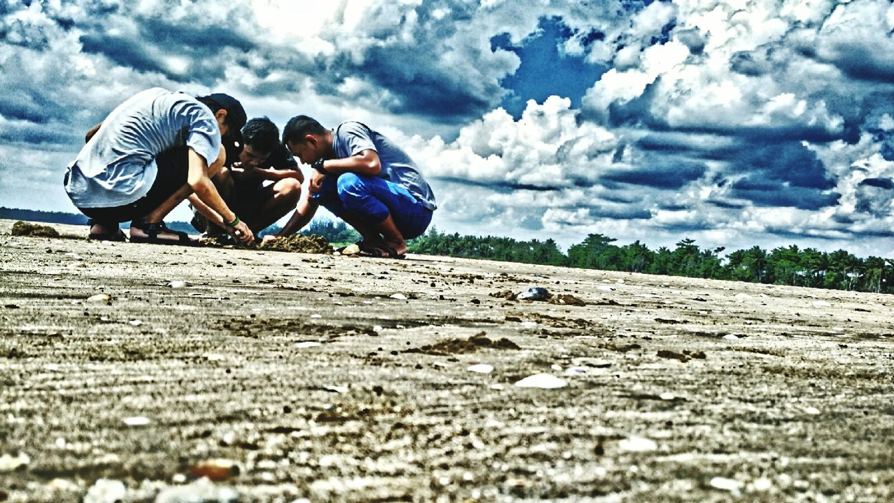 Looking for something Eye Em Around The World Taking Photos Enjoying Life Relaxing Gadgetgrapher Gadgetlicious Gadgetgrapher_kaltim EyeEm Indonesia Naturephotography GadgetPhotography INDONESIA Worldwide_shot Beach Nature Photooftheday Enjoying Life People Hdr_pics Hdrphotography HDR Hello World First Eyeem Photo Follow Like4like