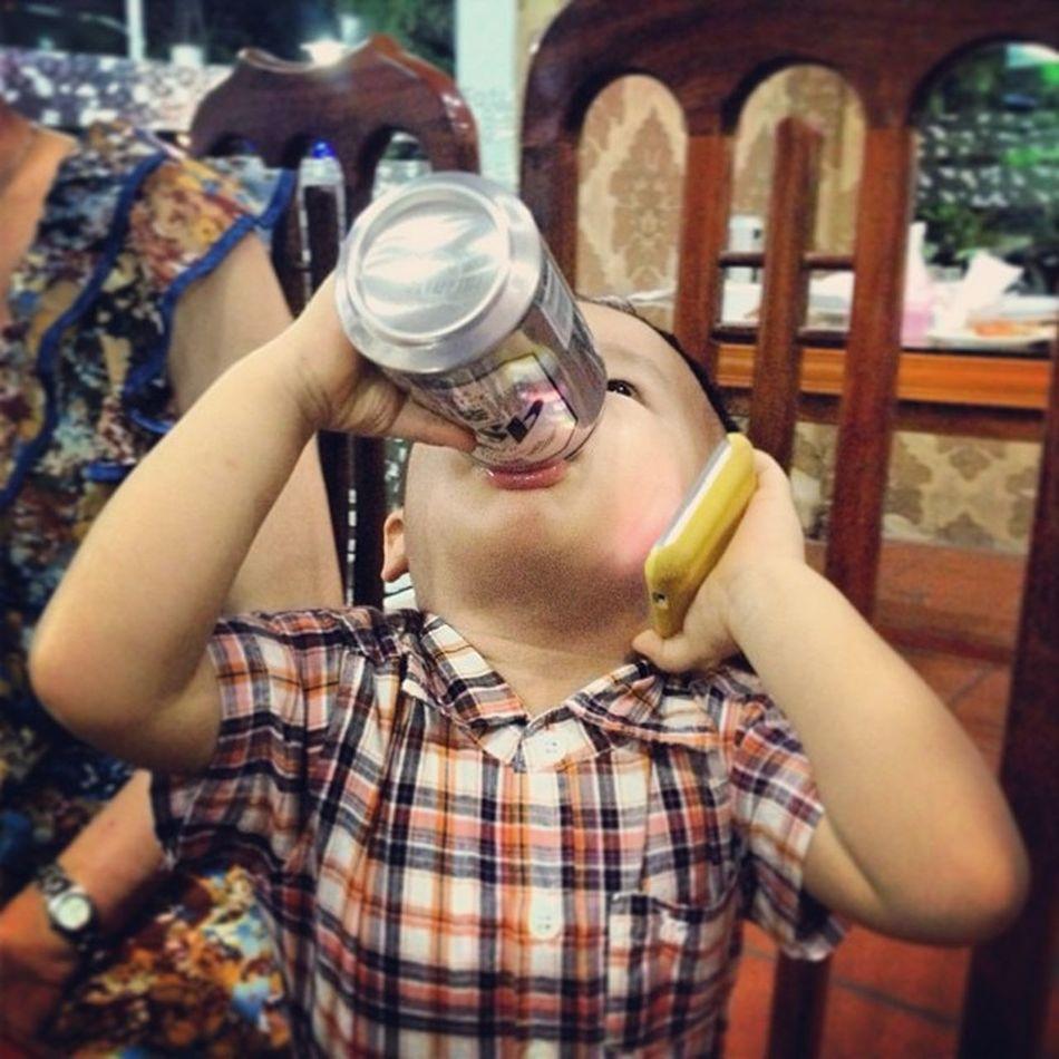 Hót buôi vừa điện thoại vừa uống bia =))