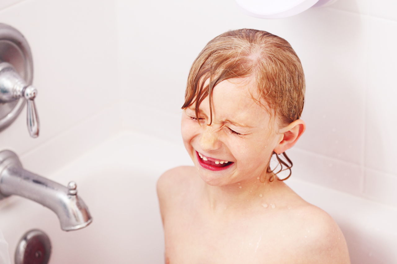 Beautiful stock photos of badezimmer, 6-7 Years, Bathtub, Boys, Caucasian Ethnicity