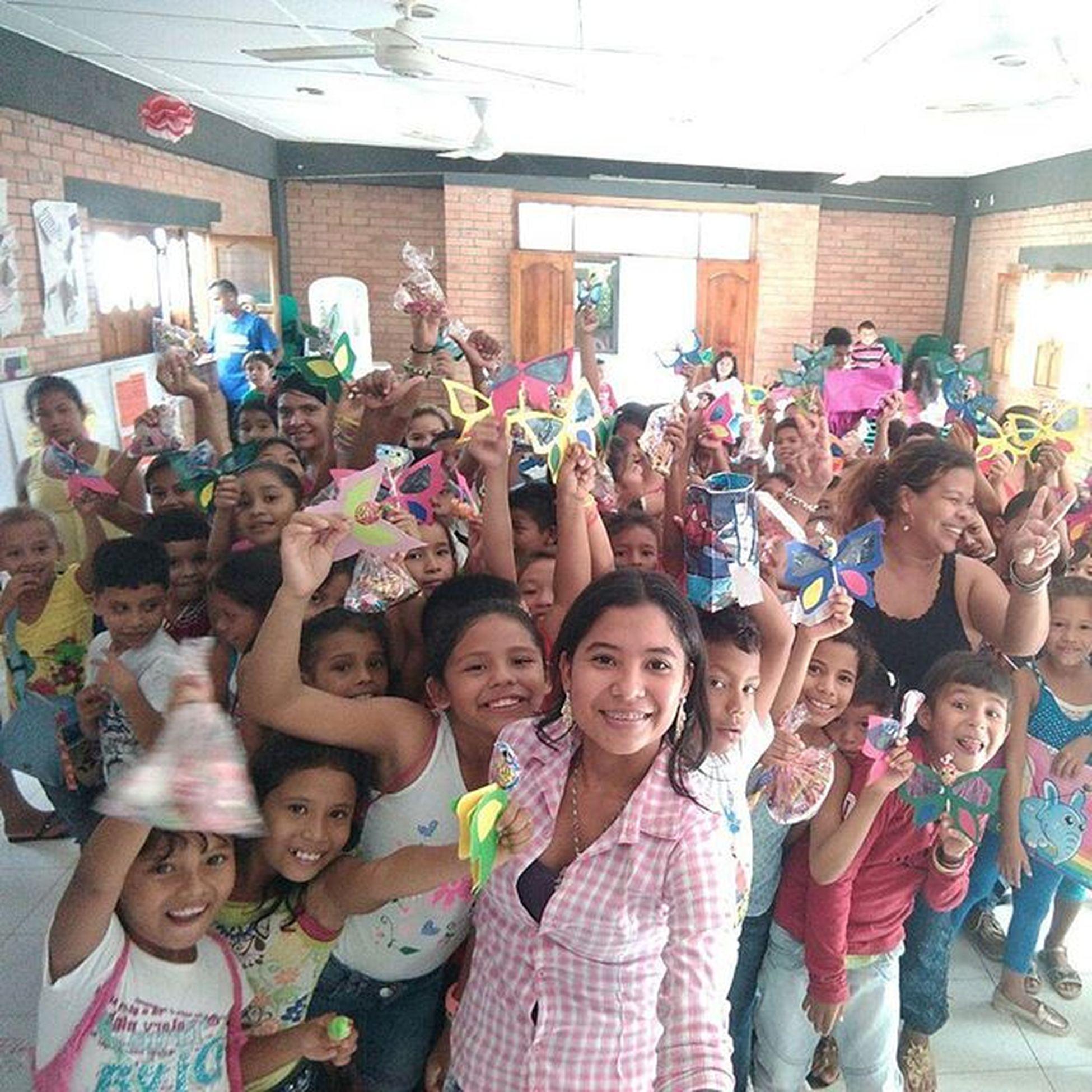 Hermosa foto con los niños de primaria Amoryamistad2015 School