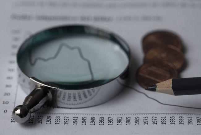 Lupa Money Book Libro Analisis Gráfico Graphic Pencil Lapoz Lapiz Financiero Euro Dollar Coins Contabilidad Contabilidad Financial Papel Documeto Tecnico