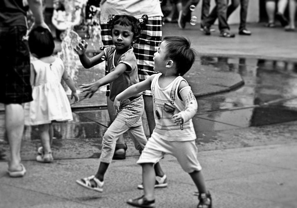 Playing Kid Streetphoto_bw Not Mobile-DSLR