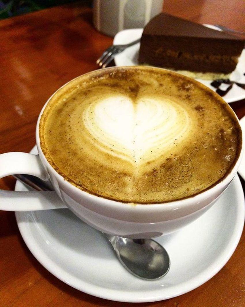 Thèm Cappuccino pha thật nhiều đường 😋 Dạo này bớt cáu gắt và không để ý chuyện gì lâu nữa, có 1 động lực lớn khiến bản thân không còn uể oải vào mỗi sáng 😌 Goodmorning Thursday 👯 Letstry Dosomething Travel Jouney Hope Everyday Lovetoeat LoveTravel Trydoall Misssomething Misssomeone 🙈🙈🙊🙊