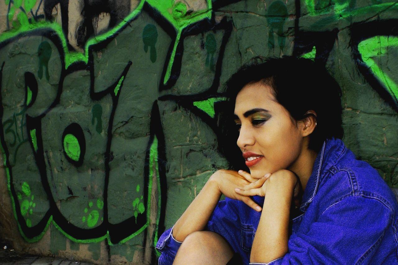 Graffiti The World Graffiti Art Graffitiphotographer Graffiti Photography Moda Style Young Women Style And Fashion Urbanphotography Urban Makeupartist Makeup Beauty Hair Style Make Up ART Photography Graffiti People Hair Photo Fashionstyle Models