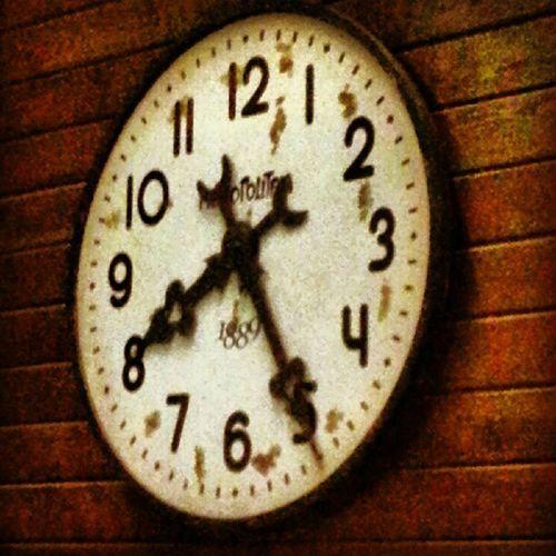 Sen varsan zamanın önemi var,geçmesin o an'lar diye korkumdandır saate bakmayışım..