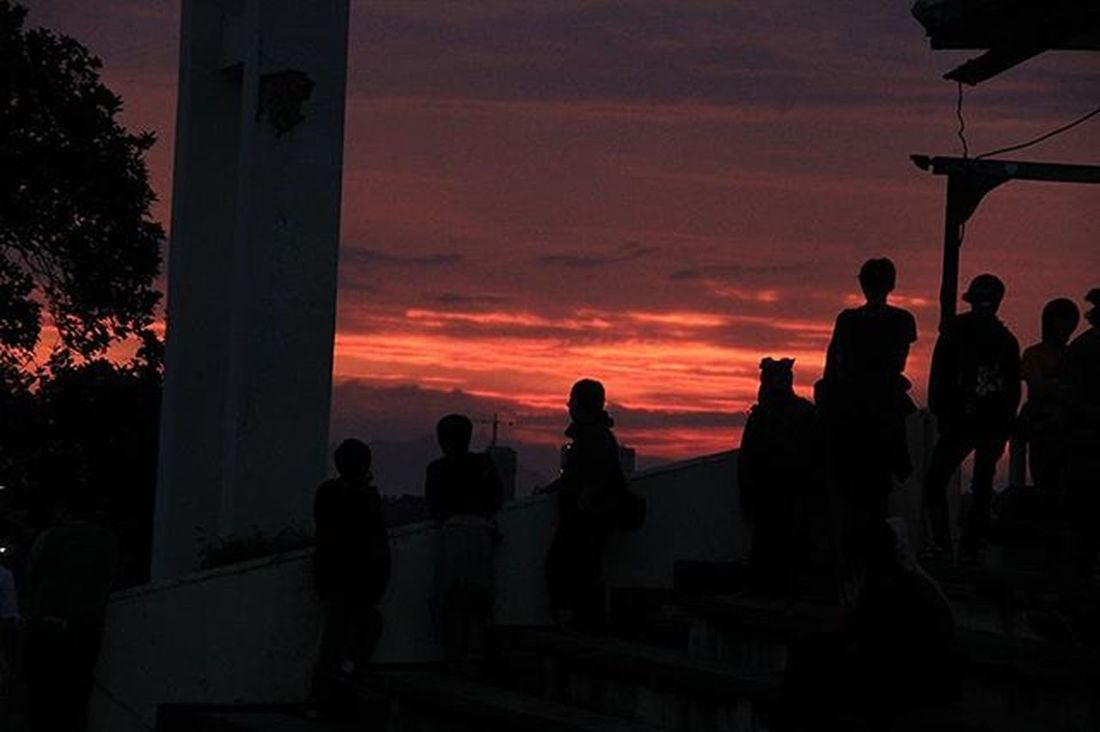 I took sunset with 18-100mm lens borrowed from Ahmad Zaki Ghifari Bandung Bandungwonderland Dagoteahouse Cloud Sky Bukitdagoutara Bukitdago Sunset Silhouette Humaninterest Harbhumsnap Harbhumphotography