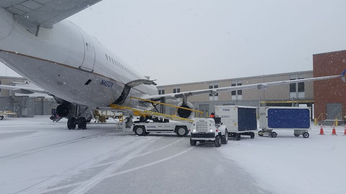 Winter operations@DSM Airplane Transportation Snow Airport Photography Airline Airport Transportation Winter Morning Airport Life