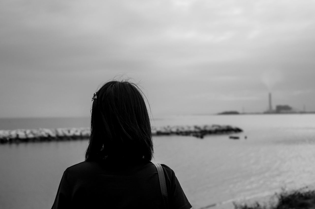 rear view, water, real people, sky, one person, sea, leisure activity, outdoors, nature, headshot, women, day, lifestyles, horizon over water, beauty in nature, scenics, people