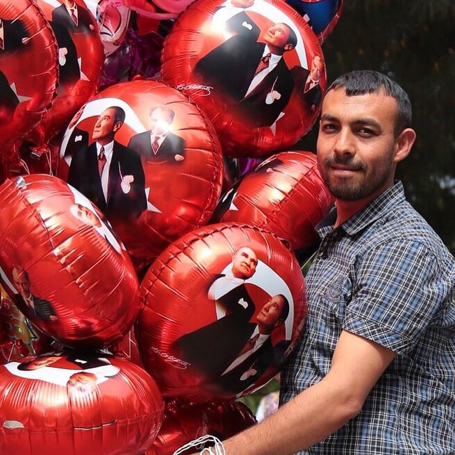 23 Nisan Ulusal Egemenlik Ve Çocuk Bayramı Municipal Celebrations Kadikoy Belediyesi The Portraitist - 2016 EyeEm Awards Baloncu Atatürk ATATÜRK ❤ Balloon Seller Street Photography People Faces Man