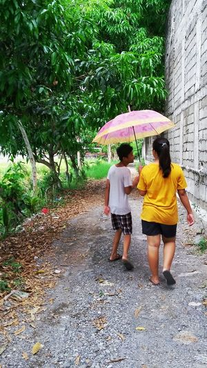 Samsungphotography Samsunggalaxygrandprime Samsung Friends Telling Story Laughing Trees Candid Candidshot Candid Photography Wall Walking Umbrella The Portraitist - 2016 EyeEm Awards