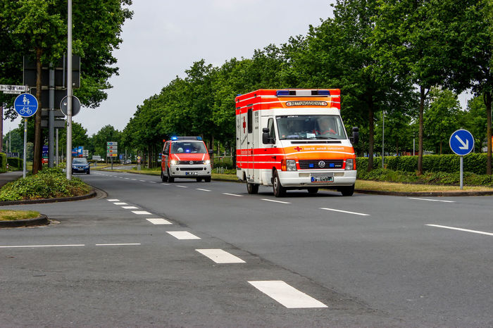 Ambulance Arzt Autos Car Day Hilfe Hilfe In Der Not Land Vehicle Nef Notarzt Notfall Rettungswagen Road Road Sign Rtw Sanitäter Traffic Transportation