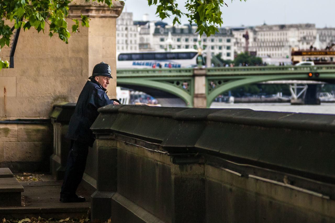 City Great Britain London Policeman Security Thames River Working великобритания задумалась задумчивость лондон мгновениеизпрошлого Одиночество перерыв полицейский Темз