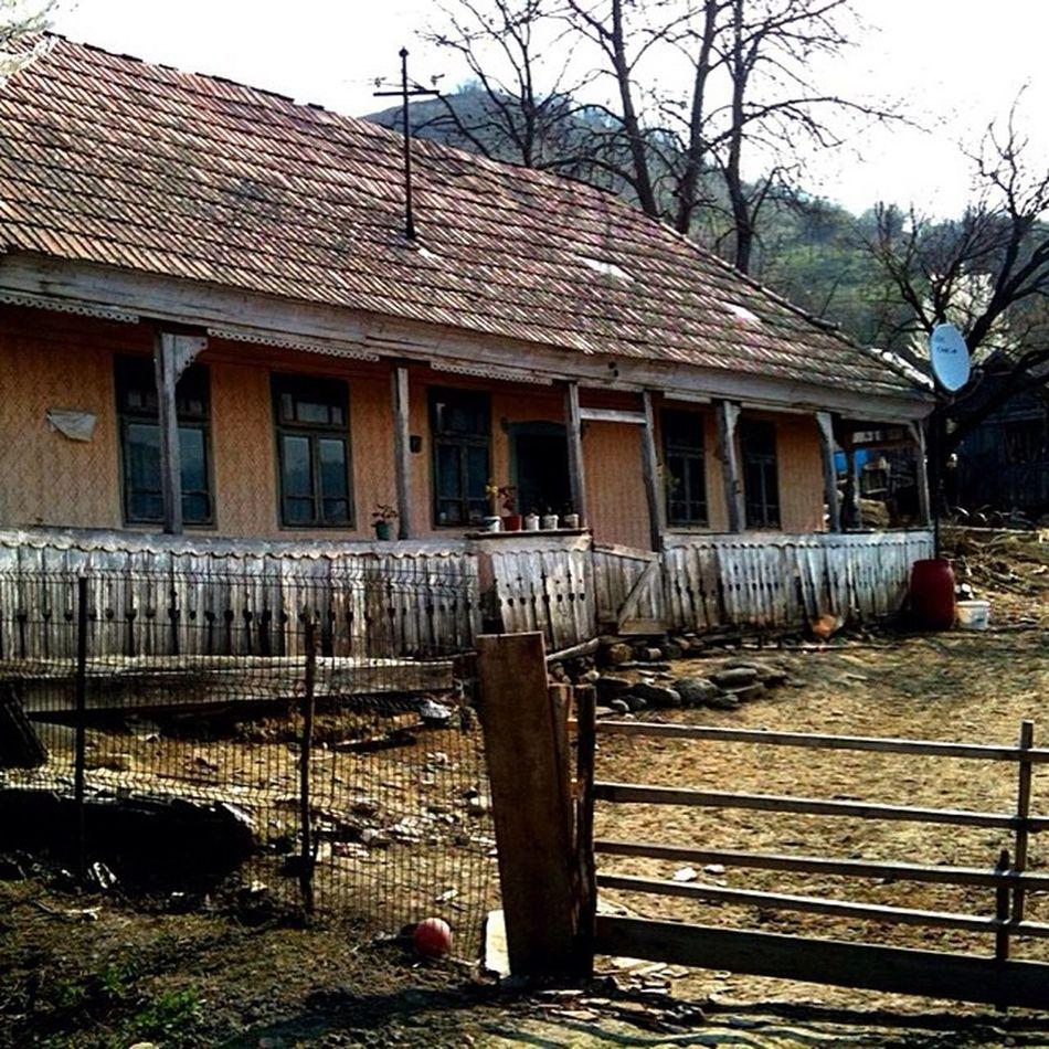 Abandoned house in outskirts of Targumures Viatza_la_tzara Countrysidelife Mik Photooftheday Picoftheday Ig_europe Ig_romania Transylvania Romania
