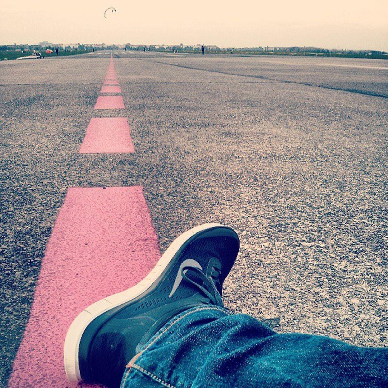 Berlin: Chillen auf der Landebahn Berlin Running Free Chillen Nike Tempelhof Schuhe  Flughafen Rp13 Nikefree Rpstory13 Landebahn Startbahn Sportschuh