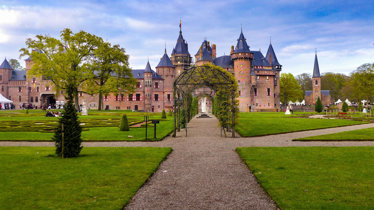 Architecture Grass Lawn History Cloud - Sky Statue Building Exterior Travel Destinations Outdoors No People Day Art Is Everywhere Photography Traveling Creativity Discovering The Secret Spaces Photograph Castle Castle View  Kasteel Kasteel Haarzuylens Nature Summer Spring The Great Outdoors - 2017 EyeEm Awards