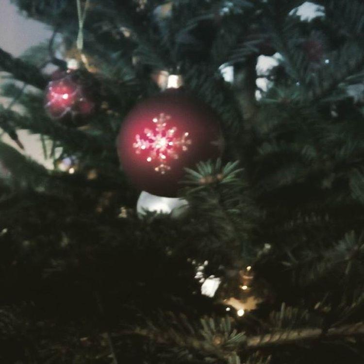 Wesołych, rodzinnych, spokojnych Świąt, szczęśliwego Nowego Roku, mnóstwa prezentów i szalonego Sylwestra Wam życzę! Wesołychświąt Bombka Choinka Wigilia Prezenty Radość