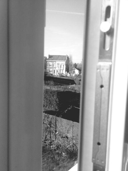 Entre le Monde intérieur et le monde extérieur. Qu'une porte ou qu'une fenêtre nous sépares. Photo IPhone Fenêtre