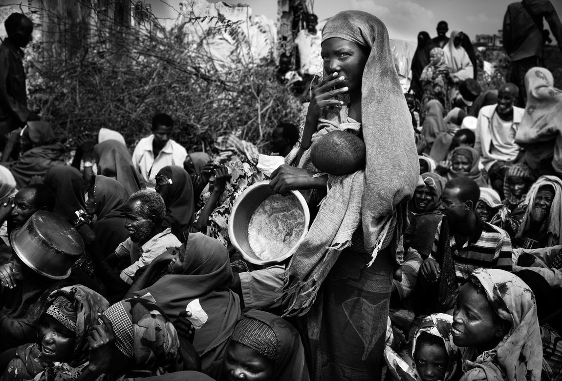 Africa Civil War War Bürgerkrieg Gewalt Crowd Food Distribution Hostile Environment Hunger Hungry Large Group Of People People Refugee Camp Somalia The Photojournalist - 2017 EyeEm Awards Documentary Reportage