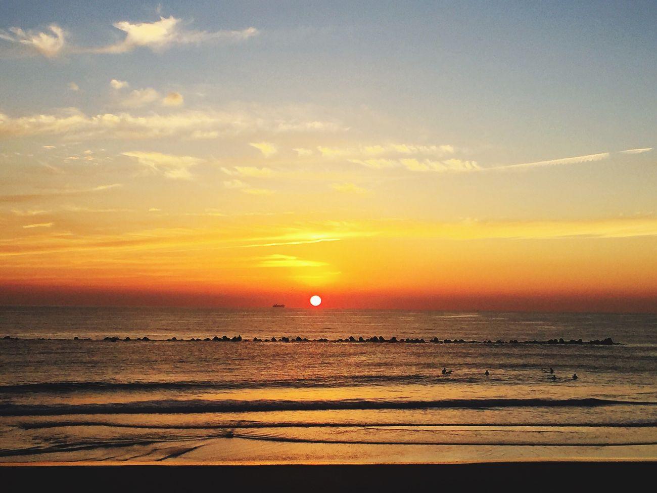 早起きしたおかげでめっちゃ綺麗な日の出に会えた😊✨✨☀️✨✨ Sea Beauty In Nature Nature Sky Beach Sun 朝一 自然に感謝 波乗り サーフィン Fun Times 黄昏 朝焼け Cloud - Sky 太陽パワー
