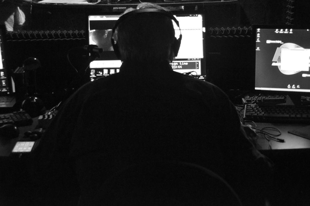 Adult Black & White Black And White Black And White Photography Black And White Portrait Black&white Blackandwhite Blackandwhite Photography Blackandwhitephotography Dee Jay One Man Only One Person Radio Real People Unrecognizable Person
