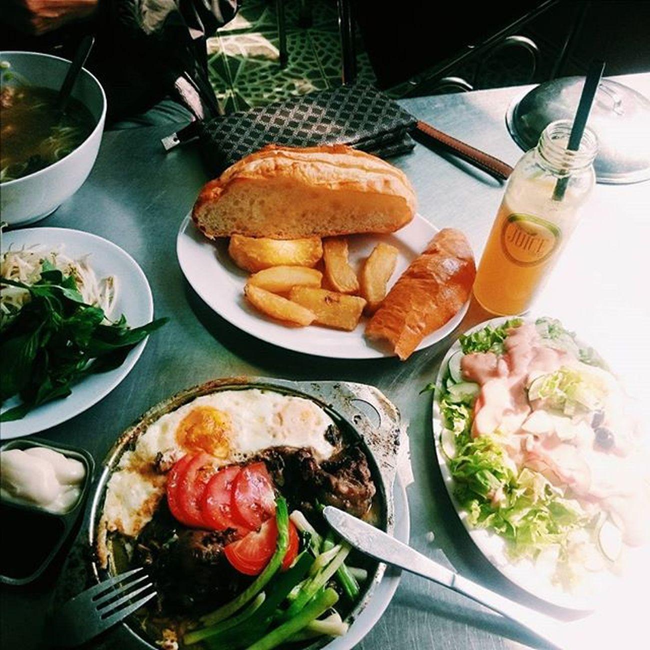[Nhà hàng Ngọc Hiếu- 22 Hoà Mã] 🔹Đi ăn với phụ huynh nên là gọi món đắt nhất trong menu (190k~ not sure) không mảy may chút đắn đo 😂 Và em nó chính là những gì xuất hiện trong bức ảnh =))) 1 suất bít tết gồm 1 miếng thịt bò, 2 quả trứng, nước sốt đặc biệt cho bít tết kèm salad, bánh mì và khoai tây chiên. Nhìn tưởng no mà no không tưởng 😅 🔹Tất cả mọi thứ đều ăn khá ổn, không quá suất xắc nhưng phải nói đến là món salad và nước sốt siêu chua :| Chua đến nỗi một đứa ăn chua như mình cũng không chịu được. Không biết có phải khẩu vị hôm đó không tốt không nữa == 🔹Giá cả thì nhìn chung tương đối chát, vì ăn lâu rồi nên cũng không nhớ rõ cụ thể nhưng rơi vào khoảng 100-200k/ người. 🔹Recommend cho những bạn nào ăn khoẻ nhé, ăn no đứ đừ từ trưa đến tối luôn 👍👍👍 Lozi Lozihn Lozihanoi Foody Foodyhanoi Foodyvn Zizohanoi Foodporn FoodADDICT Foodstagram Foodiary Foodie Foodlover Foodaholic Food Instafood Instadaily Vscocam Vscovietnam Vscodaily Vscofood Hanoi Steak Beefsteak Eggs salad bread yummy susfoodtrip