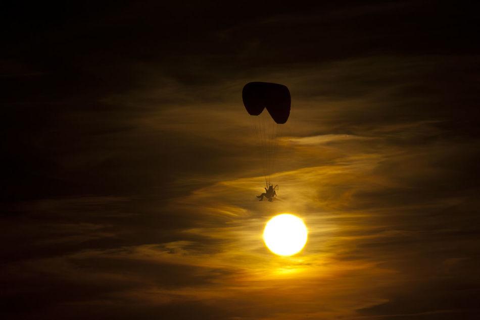 Sunset Nature Flying Parachute Outdoors Adventure Sunlight Paramotoring Paramotor Atardecer Vuelo Entre Las Nubes Naturaleza Aventura Spain ✈️🇪🇸 España🇪🇸 CastillaLaMancha Consuegra No Filter Sin Filtros Momentos Inolvidables