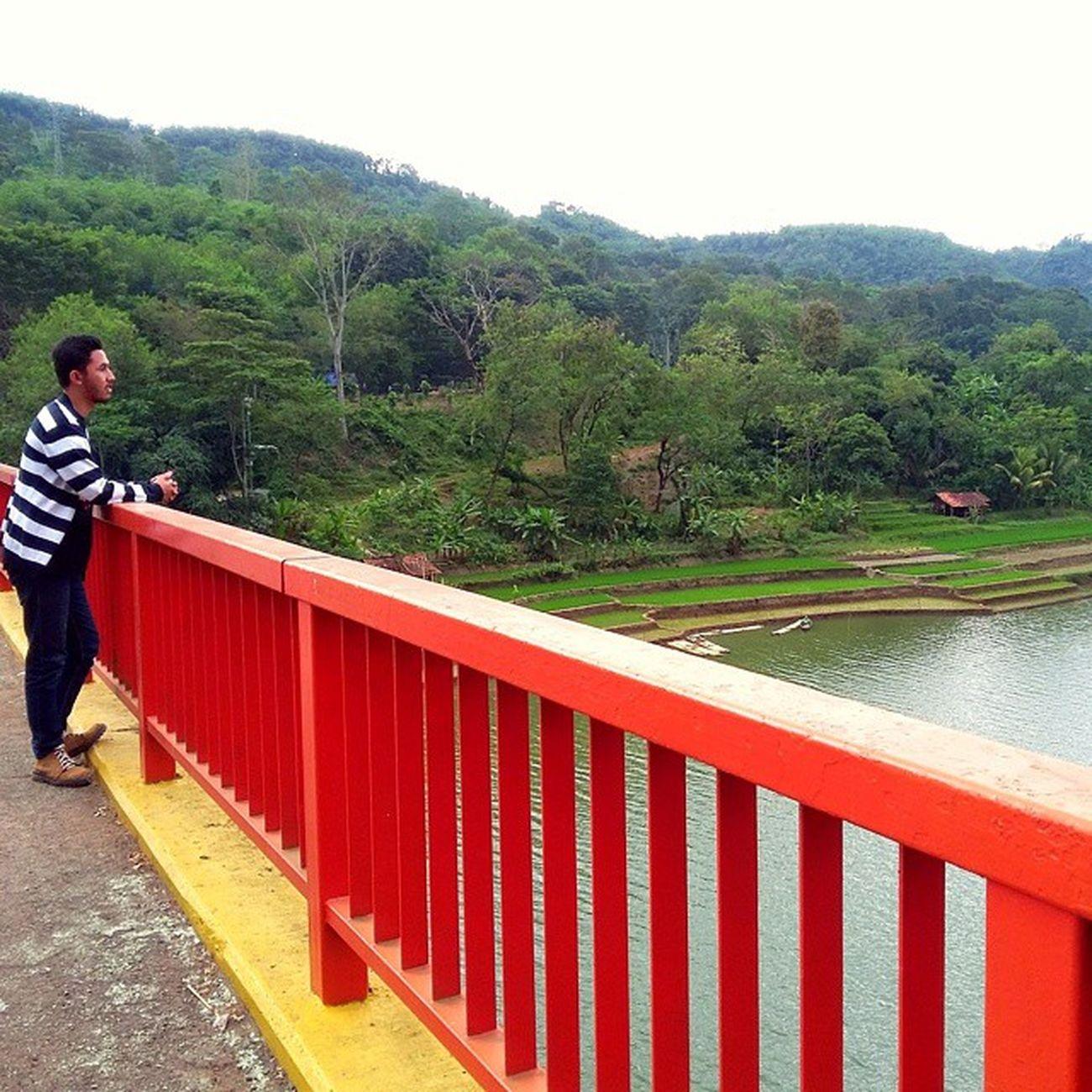 "Bukan lagi syuting ""Si Manis Jembatan Ancol"" kok ini.. Ridwanderful TravelingPakeReceh JarambahBandung DiBawahLangitBandung BandungIsMe"