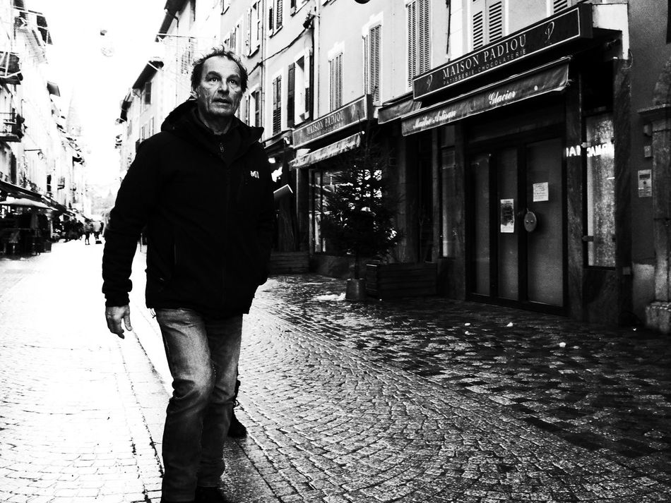 Adult Noir Et Blanc Blackandwhite Building Exterior Day Lifestyles Men One Person Outdoors People Real People Street Photography Streetphotography Walking
