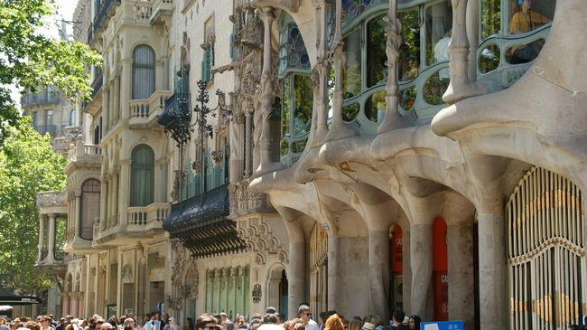 Batllò House at Barcelona , Catalunya . Sony A350 Architecture Photography Building Exterior Tourist Destination Textures And Surfaces Architectural Detail Historical Building Historic Site Tourist Attraction  Architecture Buildings Facade Detail Street Building City Old Street Photography