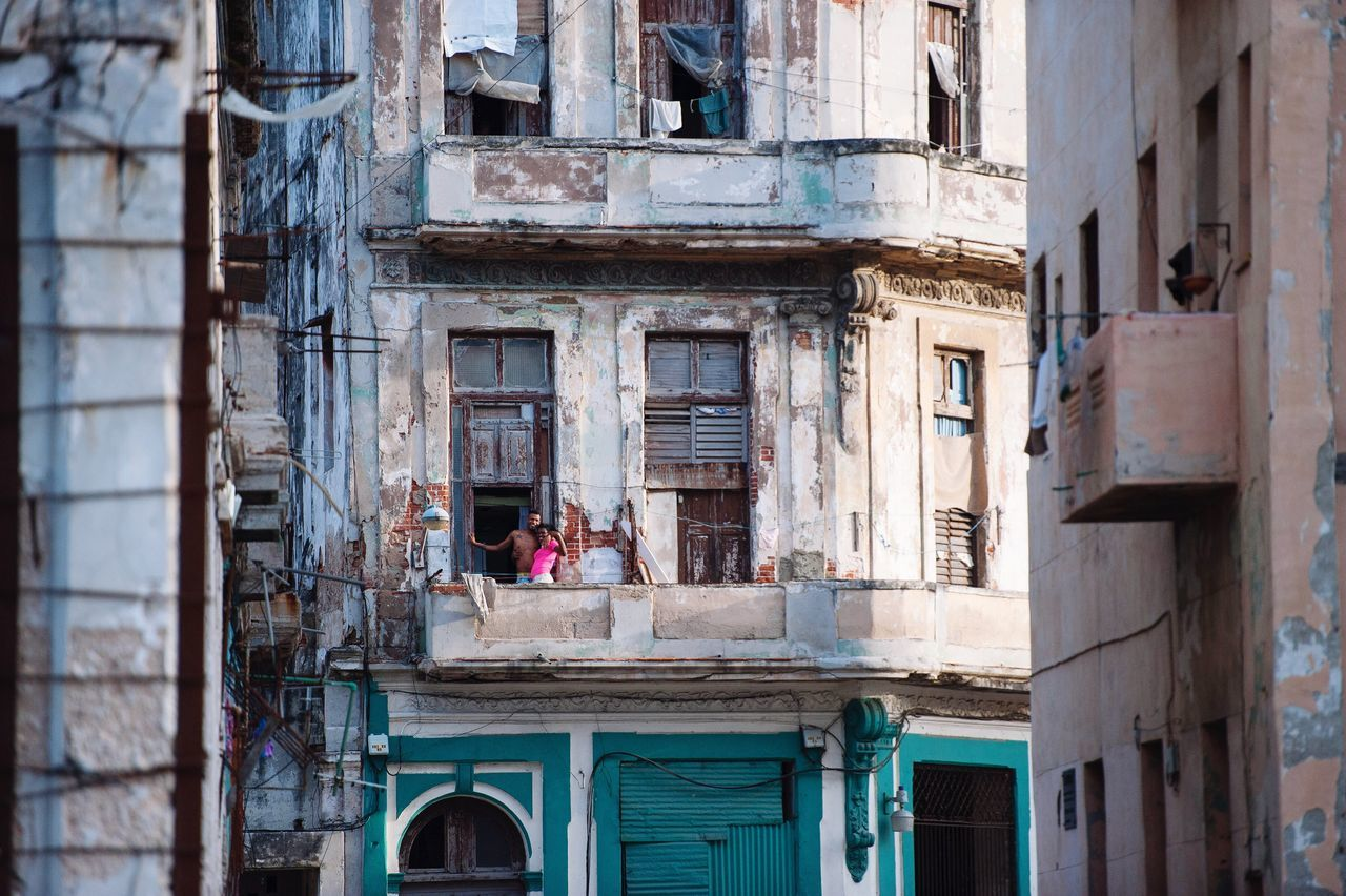 The City Light this couple just started possing for me when I aimed my lens at them. Normaly I don't like that, but this time it was perfect. So lovely the people in Havana Cuba Building Exterior City Architecture Built Structure Balcony Portrait Pink Light Sun City Life Cuba Collection Streetphoto_color Street Life EyeEmBestPics EyeEm Gallery Eye4photography  EyeEm Best Shots Nikon EyeEm OpenEdit Streetphotography People