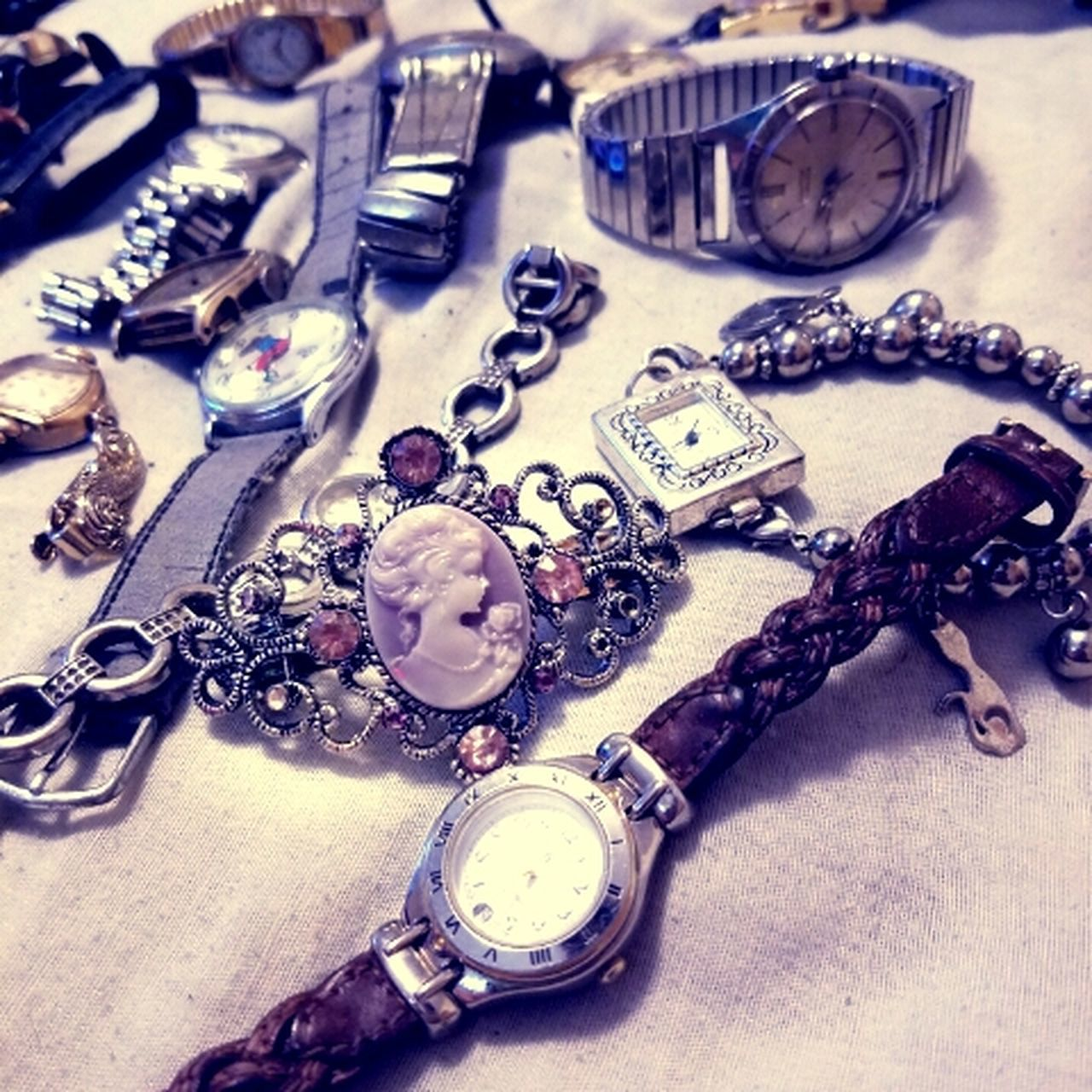 Antique Old-fashioned Body Adornment No People Clock Time Indoors  Day AMPt_community Jewelry Heirloom Hair Assortment Accessory Vintage Shootersmag WeAreJuxt.com NEM Submissions Streamzoofamily Close-up EyeEm Masterclass Collection Domestic Animals Belongings Ebay Lieblingsteil