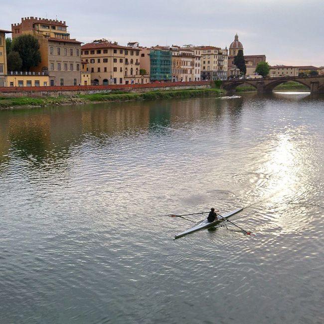 피렌체를 가로 지르는 아르노강. 피렌체에 가면 잠시라도 시간을 내어 아르노강을 바라보세요. 바쁜 여행 속에서도 큰 여유를 느낄 수 있는 그곳. Fiumearno Arno  Riverarno Firenze Florence Italia Italy 이탈리아 아르노강 피렌체