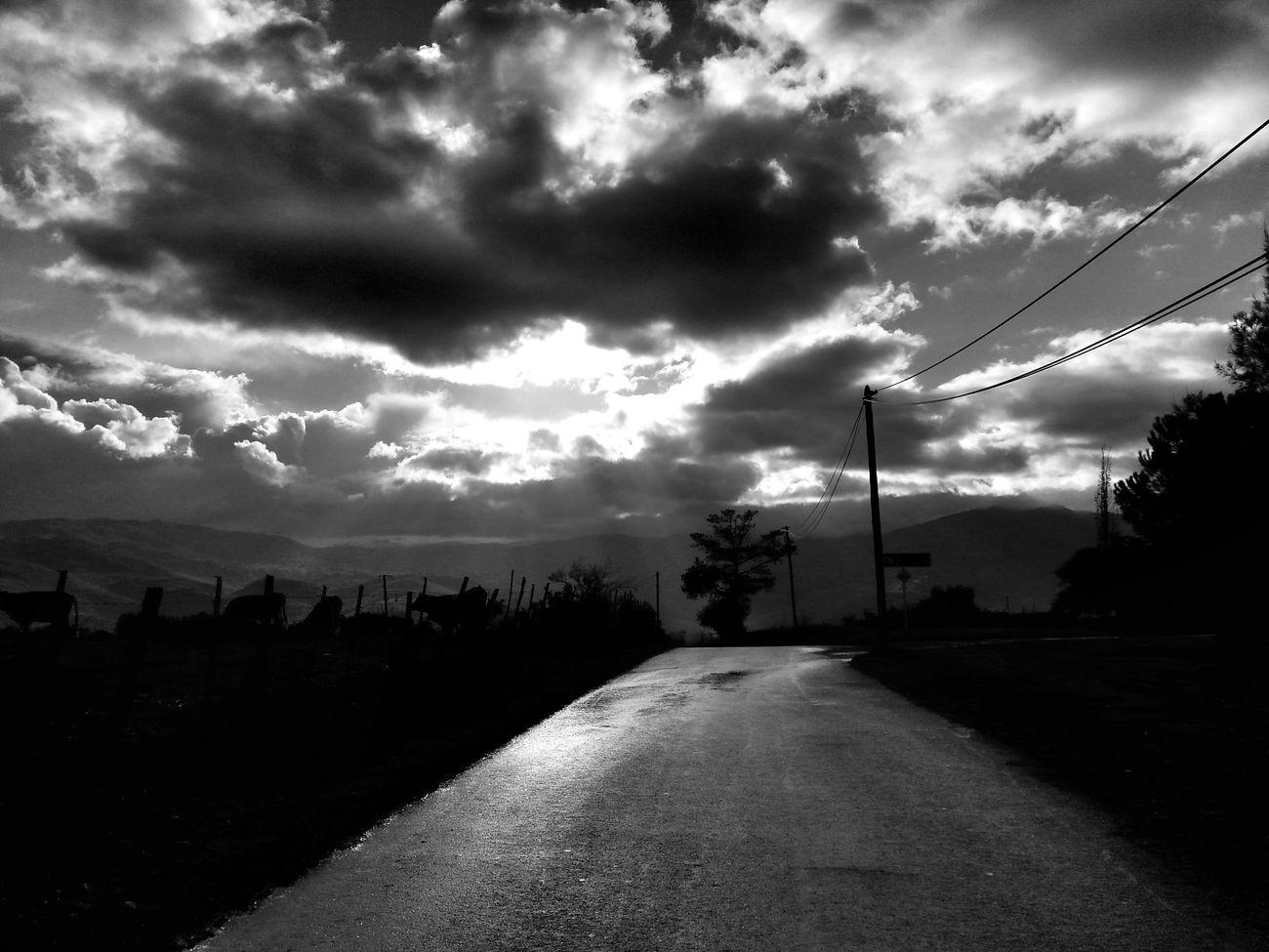 être tjrs sur les routes quelque soit le temps..n bonne soirée a vous. .. Blackandwhite Blackandwhite Photography Santu Petru