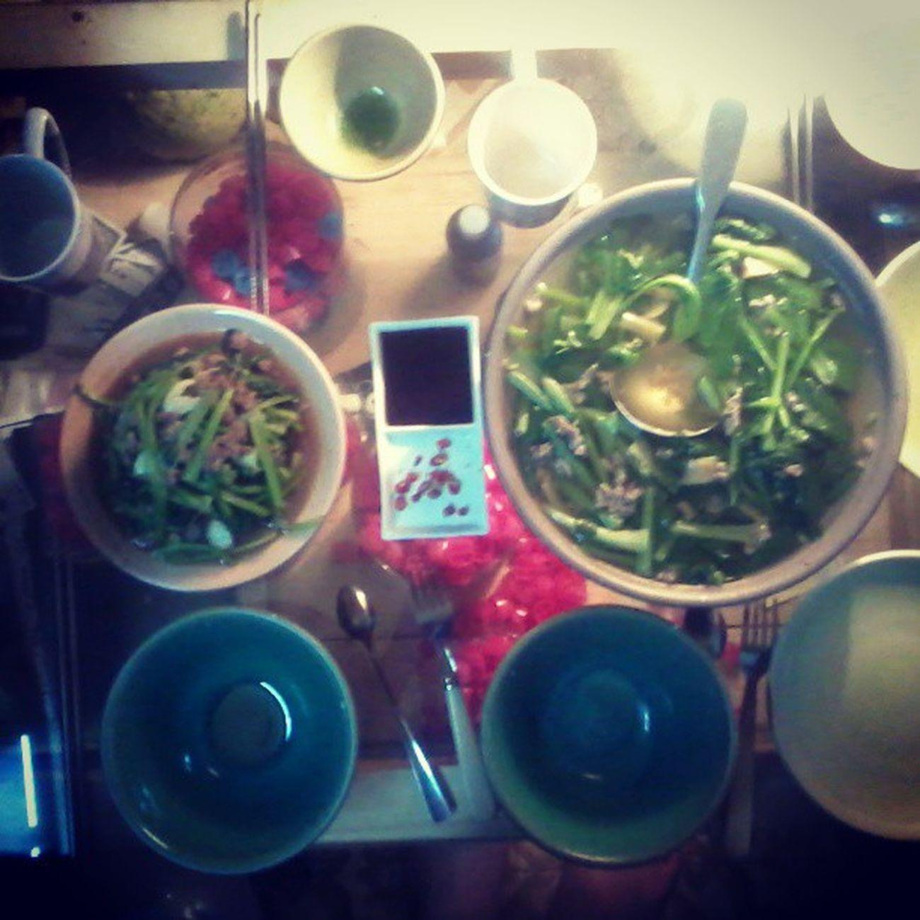 Bữa tối: Canh cải gân bò - Cải xào gân bò.