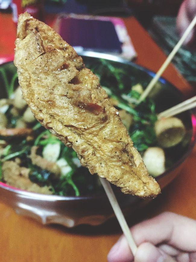 回家吃鹹酥雞就是要狂夾,覺得台北買不到好吃的扁黑輪啦,每次都會被炸得膨膨的 回家養脂肪 肥死我吧 20150129