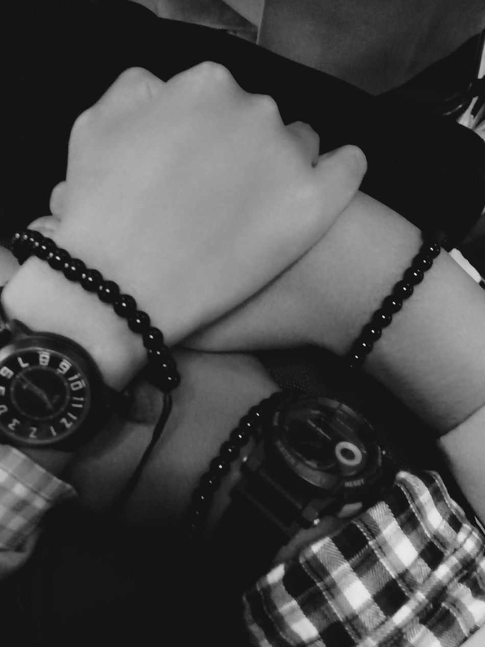 Mana tanganmu ? Hand Hands Holdinghands Holding On Barcelet Clock Hands Hanging Out Hello World Bff Black And White Popular Photos Lifefree