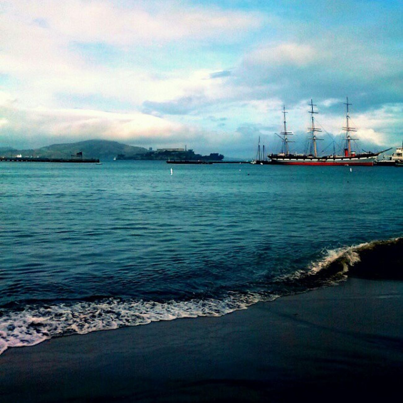 When the tide comes in... Ocean SF Sanfrancisco Bay Ship Alcatraz Water Sky Tide Love Enjoy Ohman Travel Awesome Color Blue