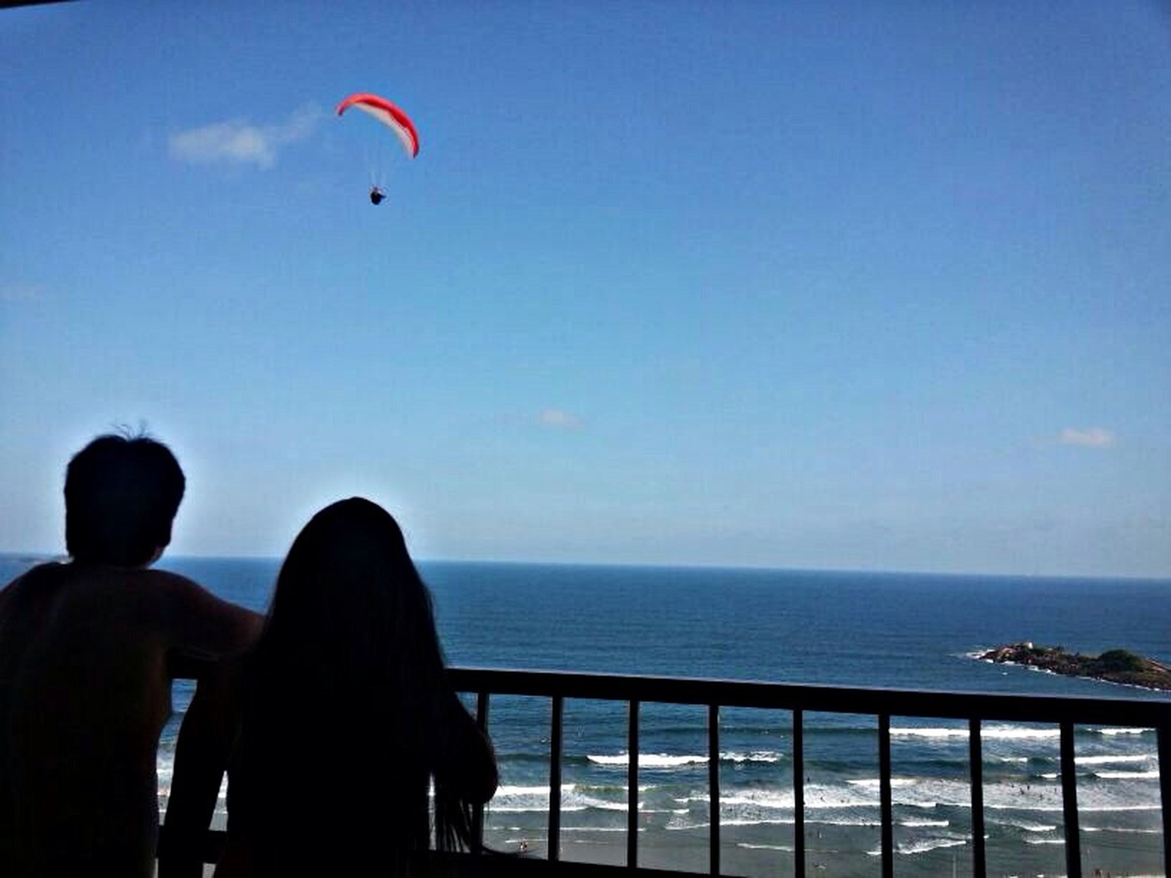 sea, leisure activity, horizon over water, lifestyles, water, beach, sky, sport, clear sky, blue, men, vacations, transportation, mid-air, copy space, parachute, flying