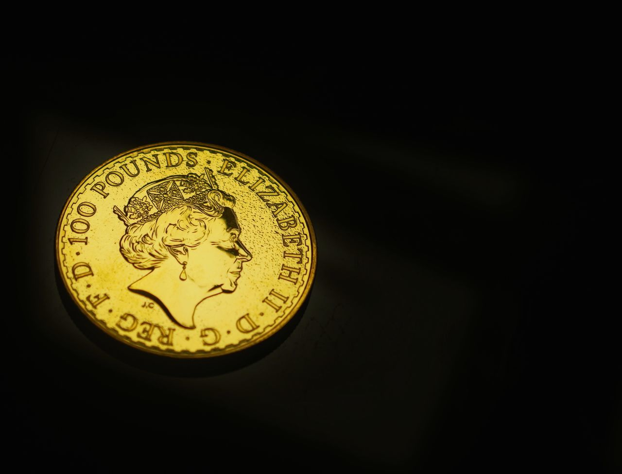 £100 Close-up Gold Colored Gold Black Background Money Macro Photography Pound Sterling Pounds Pound Coins Cashmoney